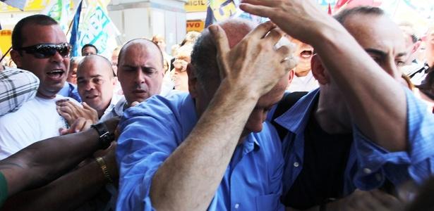 Veja mais fotos do tumulto causado por militantes; Serra é atingido na cabeça
