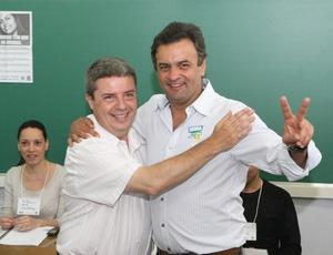 Aécio Neves (d) e o governador eleito de Minas Gerais, Antonio Anastasia, em BH