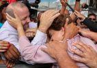 Dilma é agarrada por simpatizantes em Brasília