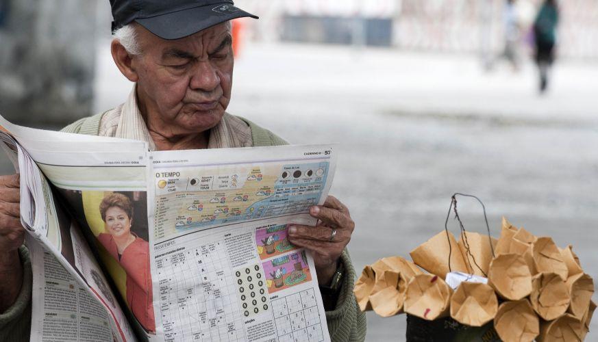 Eleitor lê jornal