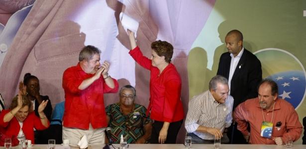 A candidata Dilma Rousseff ao lado do presidente Lula em convenção nacional do PT