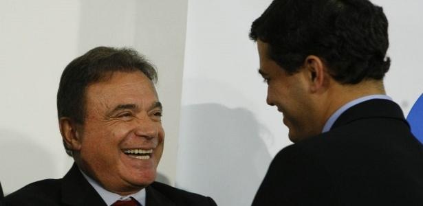 Senador Alvaro Dias (PSDB-PR), à esquerda, cumprimenta deputado Indio da Costa (DEM-RJ)
