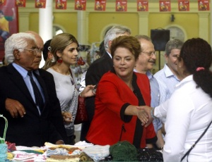 Dilma cumprimenta populares durante visita ao mercado municipal de Porto Alegre