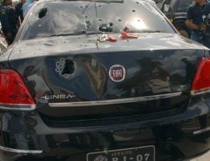Imagem mostra o veículo que transportava o presidente do Tribunal Regional Eleitoral de Sergipe, Luiz Mendonça, alvo de um atentado na manhã desta quarta em Aracaju. O governador do Estado descartou motivação eleitoral