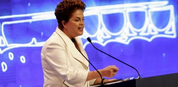 A candidata do PT à Presidência, Dilma Rousseff, no debate Folha/RedeTV neste domingo (12)