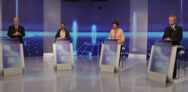 Os candidatos à Presidência da República, José Serra (PSDB), Marina Silva (PV), Dilma Rousseff (PT) e Plínio de Arruda Sampaio (PSOL) participam do último debate realizado antes do primeiro turno das eleições 2010, transmitido pela TV Globo