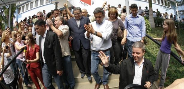 Antonio Anastasia (na frente) e o ex-governador Aécio Neves após votação em BH