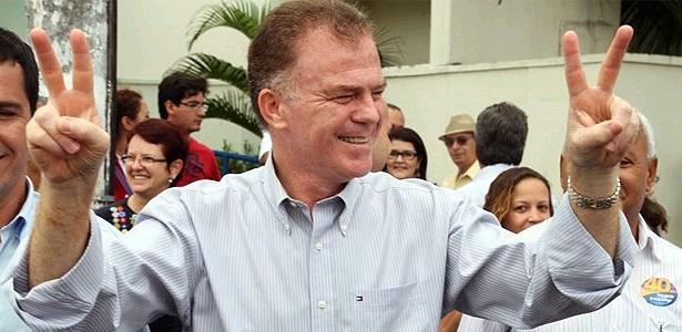 Renato Casagrande (PSB) em local de votação na manhã deste domingo (3)