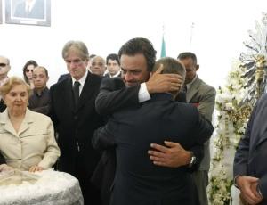 Aécio Neves, agora senador, recebe o abraço do governador Anastasia, no velório do pai em BH