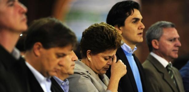 Dilma Rousseff (PT), ao lado do deputado federal eleito Gabriel Chalita (segundo à direita), em uma missa no Santuário Nacional de Nossa Senhora em Aparecida (SP)
