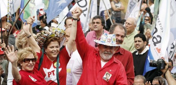 Dilma Rousseff (PT) participa de carreata em Diadema, região metropolitana de São Paulo, ao lado do presidente Lula; veja mais fotos do dia dos presidenciáveis