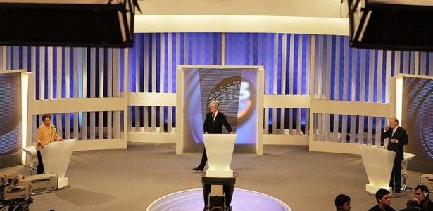 Dilma Rousseff (PT) e José Serra (PSDB) se enfrentaram no debate promovido pela Rede Record nesta segunda-feira (25). Veja mais