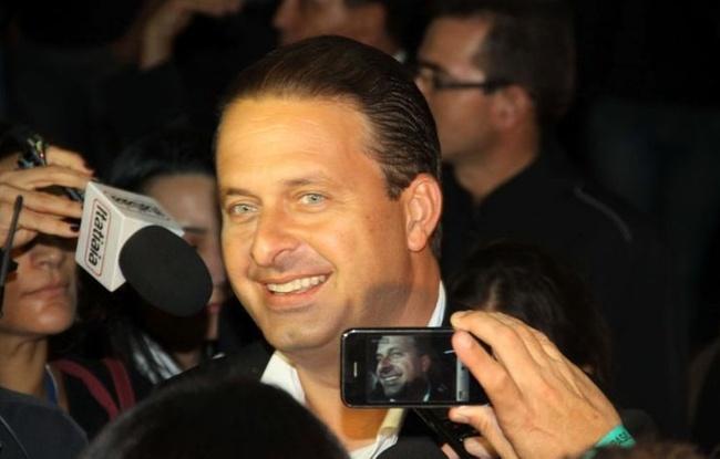 Eduardo Campos (PSB), governador reeleito de Pernambuco, chega ao Naoum Hotel, em Brasília, para comemorar a vitória de Dilma Roussef