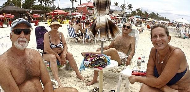 O casal Elias e Denise Dimitriades, na praia da Enseada, no Guarujá (SP) desistiu de votar: <br>A gente está na praia porque a descrença é muito grande