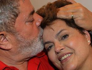 Dilma Rousseff recebe carinho de Lula após resultado das eleições neste domingo
